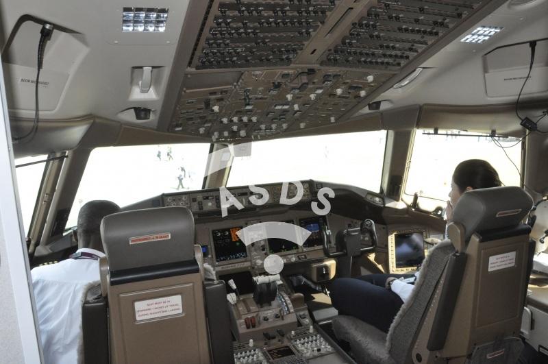 B777-300ER Qatar Airways cockpit